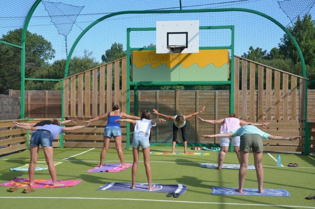Cours de yoga au terrain multisport